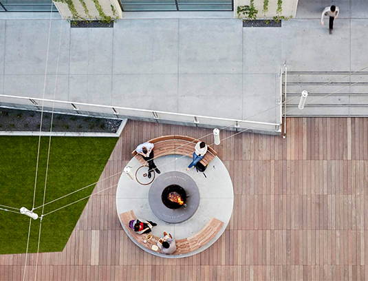 The open, flexible central gathering plaza and lawns welcome intimate lunch meetings as well as large gatherings and events.